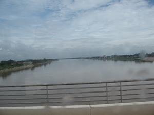 メコン川を渡る