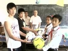 2555ニチエイ小学校ボール寄贈