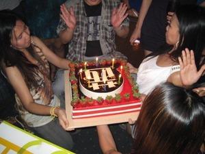 2196「ケーキ吹き消す」