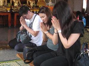 祈願する3人