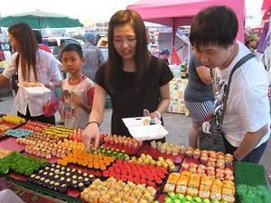 市場で寿司を買う