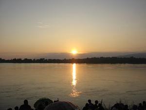 対岸のラオに陽が落ちる