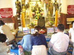仏陀様に祈る