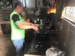 兄ちゃんも料理を手伝う