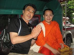 ソンテウで僧侶に遭遇