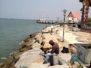 釣りを楽しむ地元民
