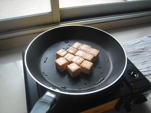 タオフー・プラーの表面を焼く