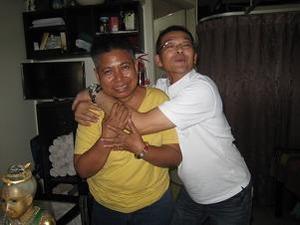 Y父感極まって抱きつく