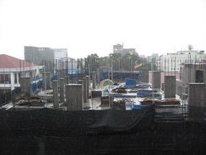 9階の部屋の横は建設現場