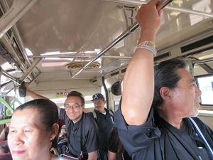 帰りのバスは満員