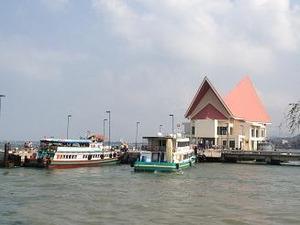 ここから船に乗ってシーチャン島