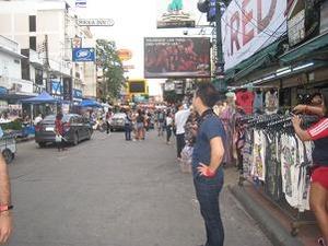 カオサン通りが竹下通り並みに変貌