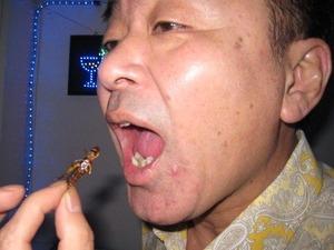 2057「虫食う社長」