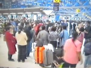 空港に集まったツアー客たち