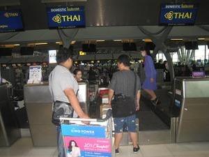 空港で大量の荷物をチェックイン