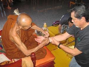 僧侶にサイシンを巻いてもらう