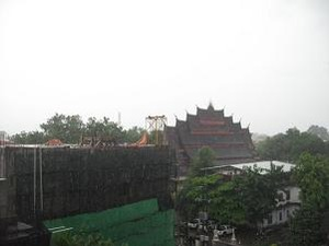 大きなお寺の屋根が見える