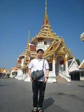 寺院前に立つ