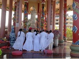 白装束の信者の合唱