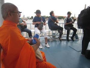 僧侶も船で移動