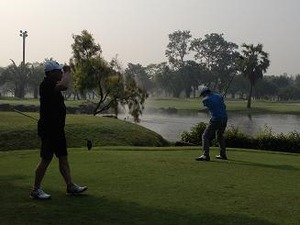 初めてのゴルフ場に気に入る2人