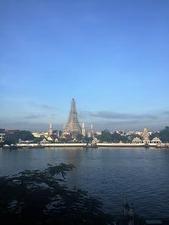 対岸に見える暁の寺院