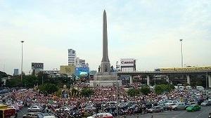 2531戦勝記念塔前のデモ