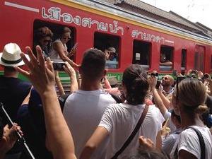 8乗客と握手