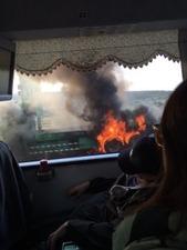 29バスの外で車炎上