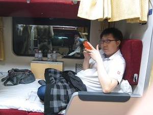 海外で二等寝台列車に乗る息子