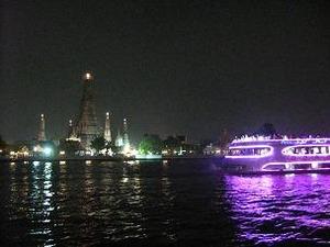 川面に揺れる暁の寺院