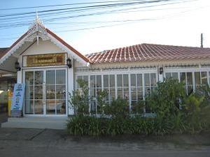メコン川沿いのガラス張りのカフェ