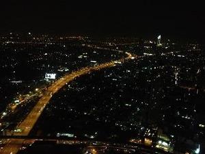 摩天楼の夜景に酔う