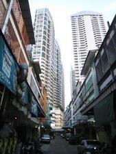 2644高層ビルの下路地