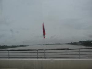 友好の橋に立つラオの旗