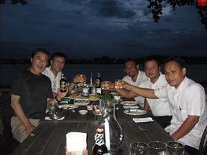 メコン川沿いで晩餐会