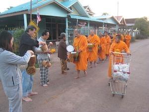 第二陣のお寺の托鉢僧は大人数