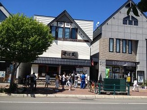 昼時に蕎麦屋に並ぶ中国人観光客