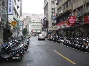 両脇にスクーター駐車