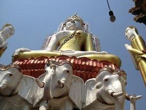 エラワン象に鎮座する仏陀