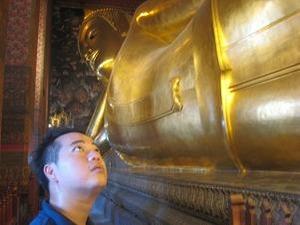 黄金の涅槃仏を愛でる
