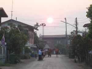 朝陽の中の托鉢僧