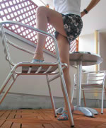 スチールパイプ椅子で裕次郎の美脚