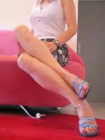 夏服で斜め変化の美脚
