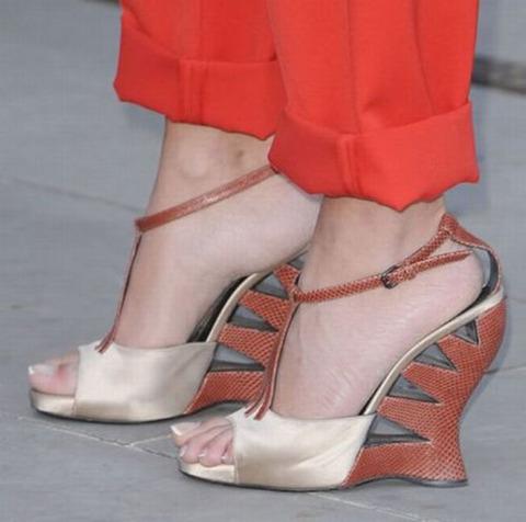 strange_celebrity_shoes_640_11