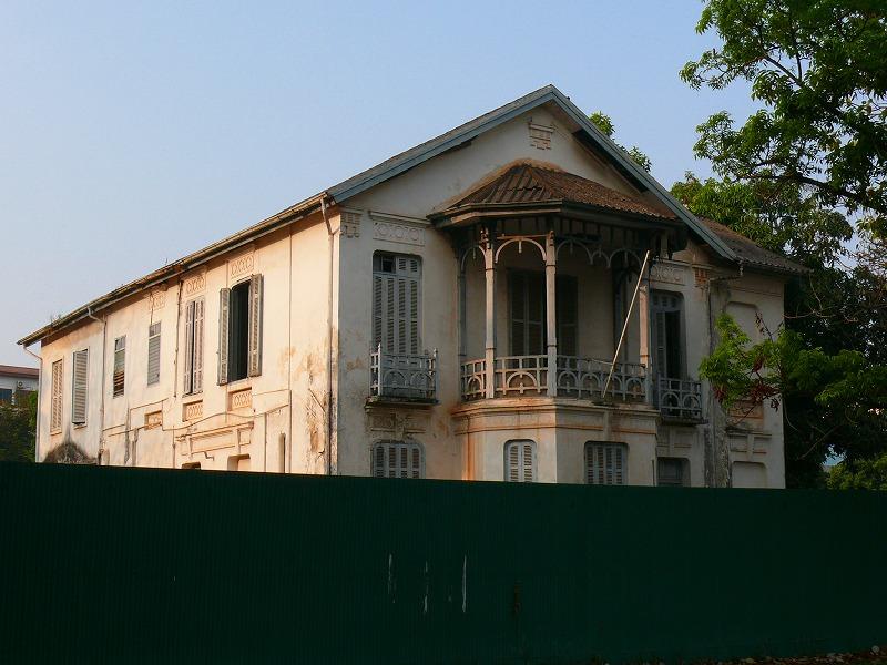 戦後の社会主義的ビルとフランス植民地時代の建物。