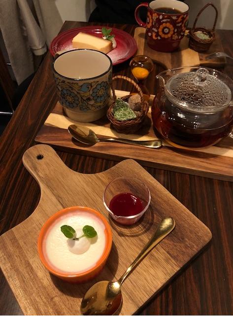 ポットにたっぷり入った紅茶と、フランボワーズソースのパンナコッタ
