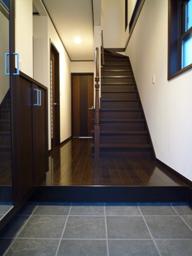 玄関 中 タイル 黒