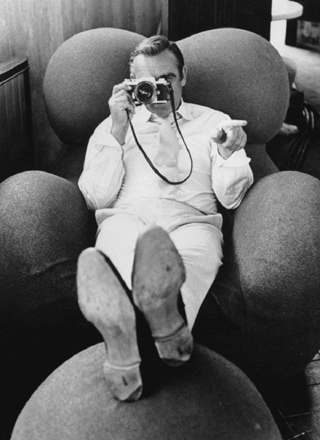 Sean-Connery-in-Gaetano-Pesce��s-Up-5-Chair