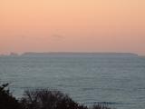 夕焼けにかすむ飛島